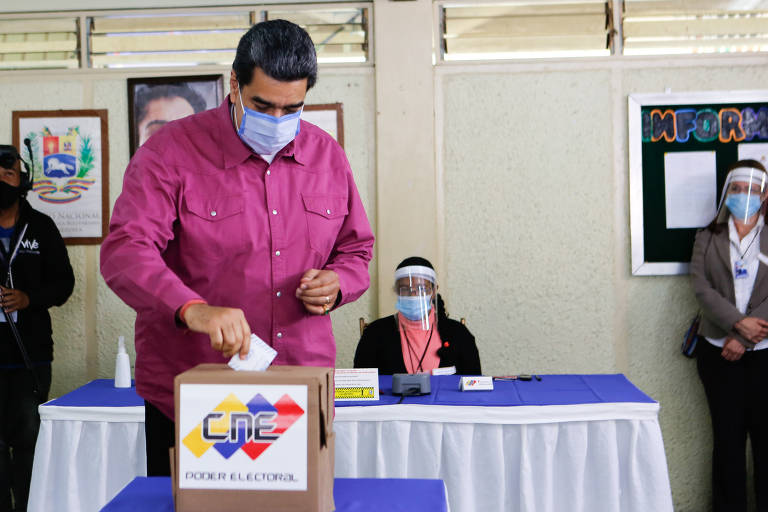 O ditador Nicolás Maduro vota em forte militar, em Caracas
