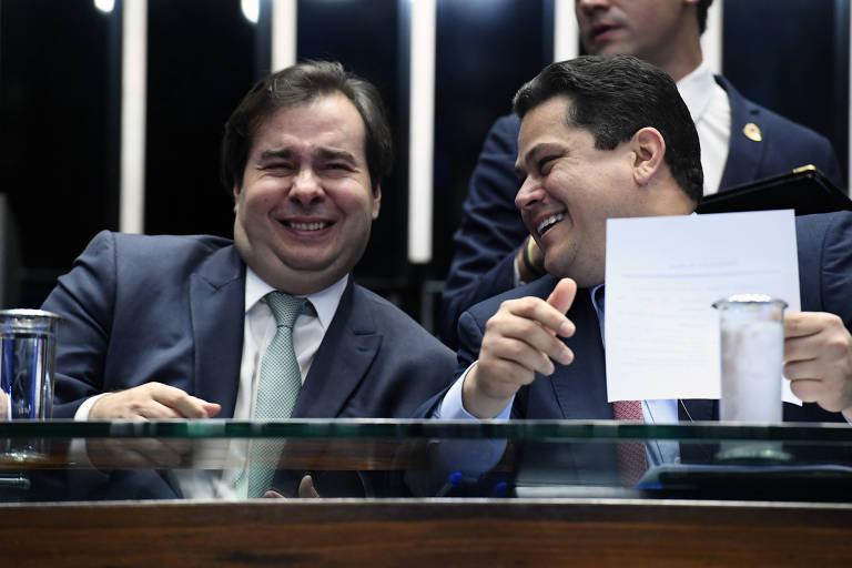 O presidente da Câmara dos Deputados, deputado Rodrigo Maia (DEM-RJ), e o presidente do Senado, Davi Alcolumbre (DEM-AP),  durante sessão solene do Congresso Nacional