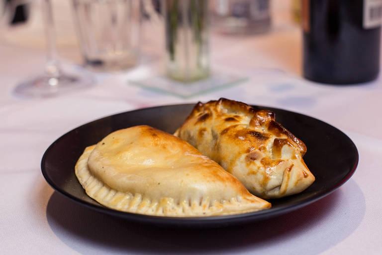 Prato com duas empanadas assadas