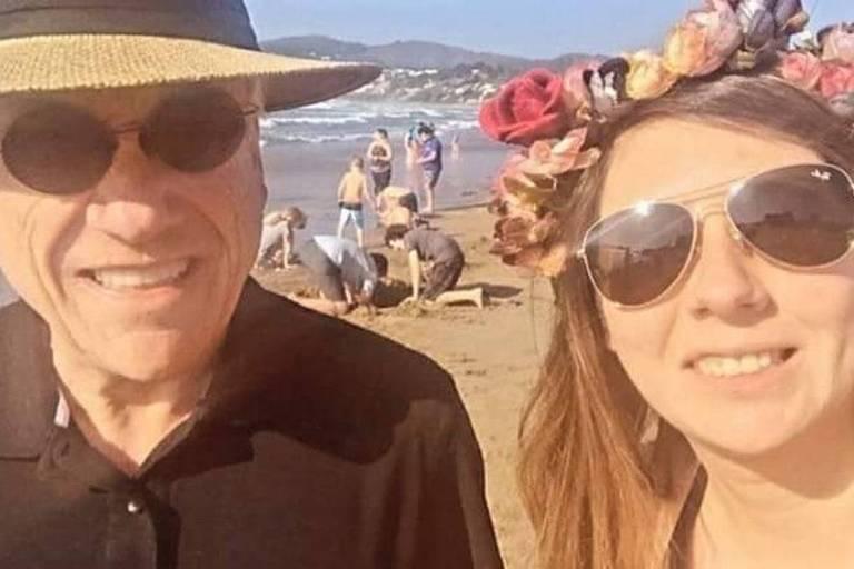 em máscara, o presidente do Chile, Sebastián Piñera, tirou foto com cidadãos enquanto caminhava pela praia