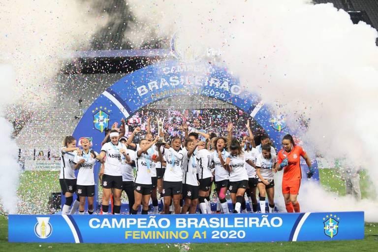 Jogadoras do Corinthians comemoram o título do Campeonato Brasileiro de 2020, após vitória sobre o Avaí-Kindermann, por 4 a 2, na Neo Química Arena