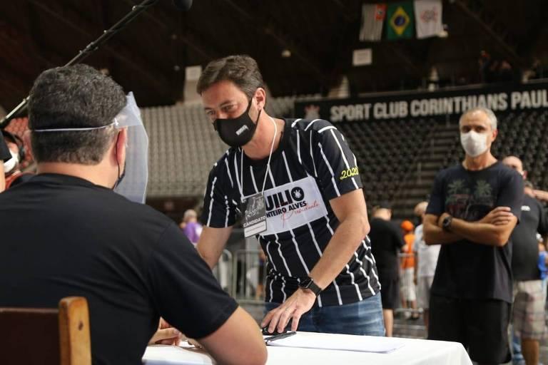 Duilio Monteiro Alves durante a votação que o elegeu presidente do Corinthians