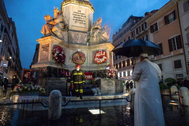Papa madruga para rezar sozinho em uma praça de Roma
