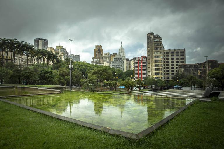 Espelhos d'água na praça da Sé estão verdes