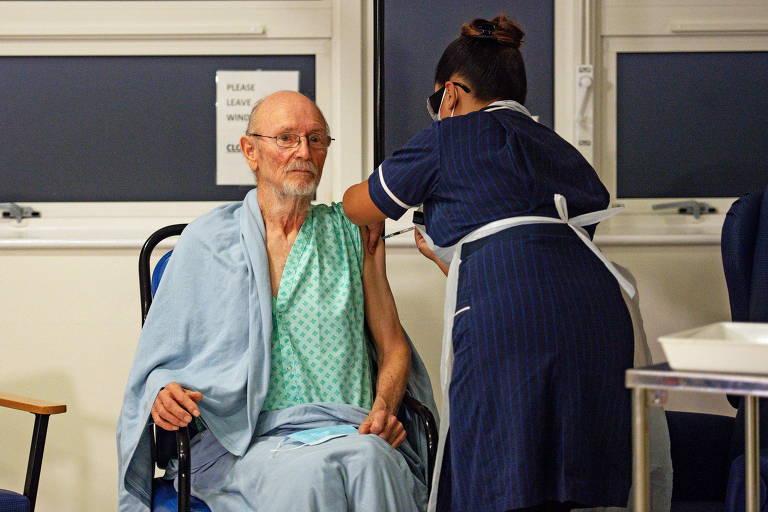 William Shakespeare, 81, ao receber a vacina contra a Covid-19 em Coventry, no Reino Unido
