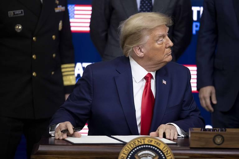 O presidente Donald Trump assina,nesta terça (8), uma ordem executiva que afirma que os Estados Unidos terá prioridade no recebimento de doses de vacina