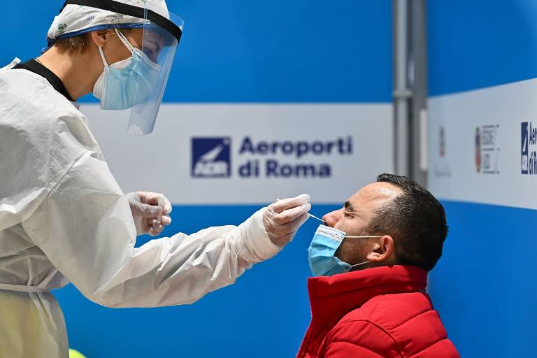 Passageiro é testado para Covid-19 no aeroporto de Roma em dezembro do ano passado.