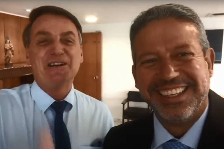 Bolsonaro sorridente ao lado de Lira
