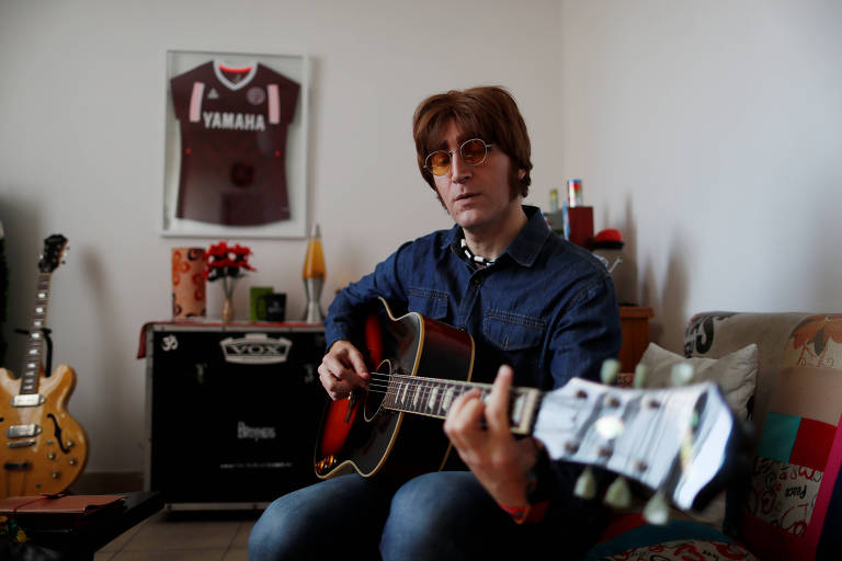 "Javier Parisi, o ""John Lennon argentino"", durante entrevista em Lanús"