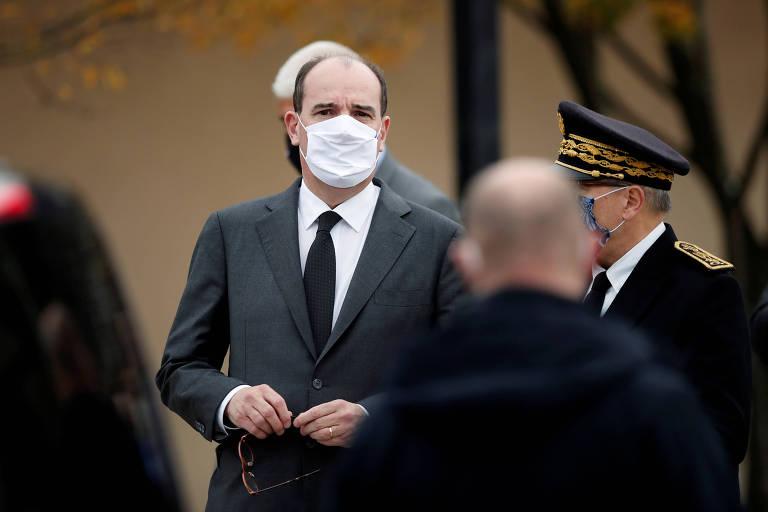 Foto do primeiro-ministro francês, Jean Castex, de máscara, em frente ao colégio Bois d'Aulne, em Paris