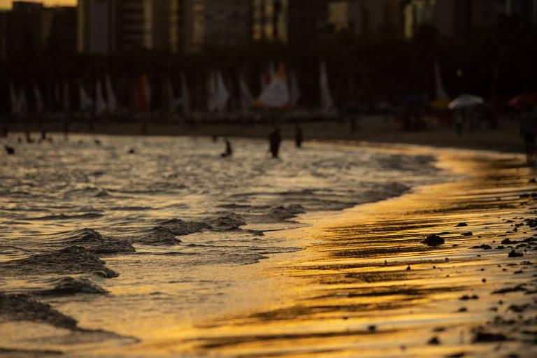 Movimentação de turistas na praia de Pirajuçara, região central de Maceió