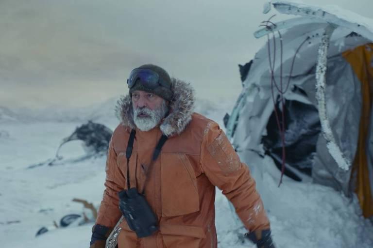 """Cena de """"O Céu da Meia-Noite"""" (2020), de George Clooney"""