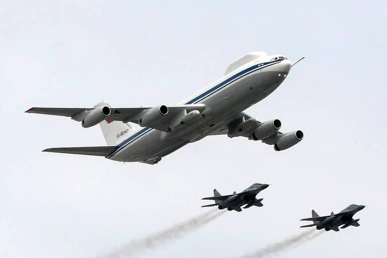 Um dos 'Aviões do Juízo Final', do modelo Il-80, voa escoltado por dois caças MiG-29 em parada sobre Moscou