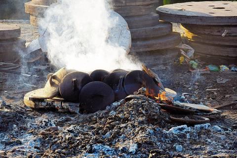 ORG XMIT: 533001_0.tif Panelas produzidas na Associação das Paneleiras de Goiabeiras são queimadas em fogueira feita de lenha, que chega a registrar 600ÊC; depois da queima, as panelas recebem a tinta de tanino, em Vitória (ES). (Maurício Mercer)