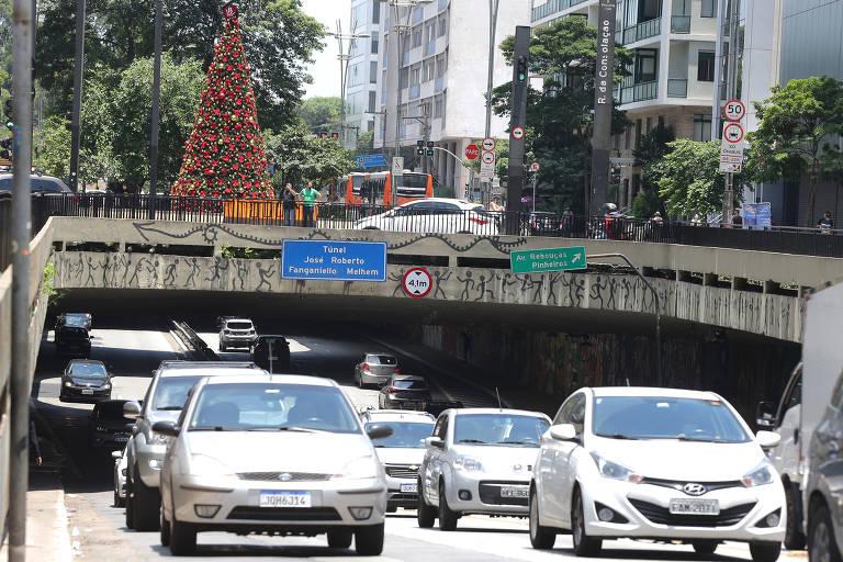 Avenida Paulista recebe decoração de Natal