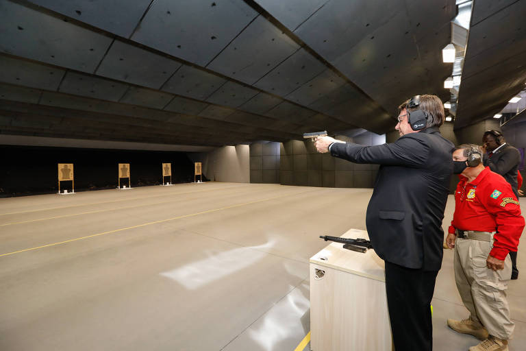 Presidente Jair Bolsonaro em estande de tiro em setembro deste ano