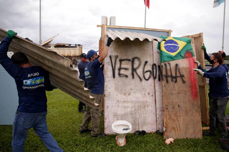 Funcionários da Secretaria DF Legal removem barraco montado na Esplanada dos Ministérios como protesto contra fim do auxílio emergencial