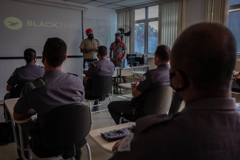 Policiais militares alunos do curso de especialização profissional em Direitos Humanos, promovido pela Diretoria de Direitos Humanos da PM, participam de aula sobre cultura negra, racismo estrutural, história da população negra no Brasil; na sexta (11), participarão da Caminhada SP Negra