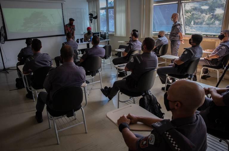 Policiais militares participam de aula sobre cultura negra na cidade de São Paulo