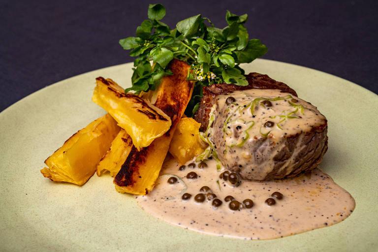 O menu criado por Manuelle Ferraz (A Baianeira, SP) e Van Régia (Culinária da Van, CE)  tem carne de sol au poivre de pimenta de cheiro, mandioca corada e agrião na etapa principal