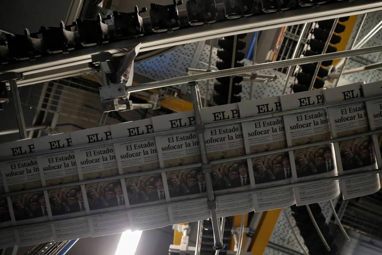 Cópias do jornal El País, que adotou paywall na edição digital durante a pandemia de coronavírus