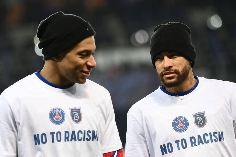 Os atacantes Mbappé e Neymar entram em campo com camisetas dizendo 'Não ao racismo' antes do jogo entre PSG e Istanbul