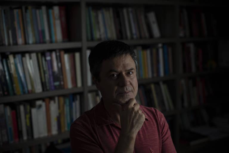 O professor de sociologia da USP Ricardo Mariano, autor de livro sobre neopentecostais, em sua casa