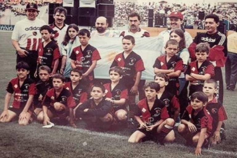 Sergio Maradona no Newell's. Ele é o primeiro agachado, da direita para a esquerda, com a mão apoiada no gramado