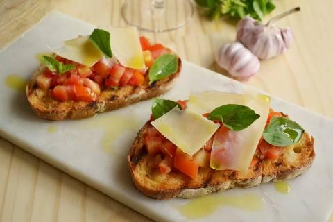 Bruschetta clássica e de cogumelo com queijo gratinado