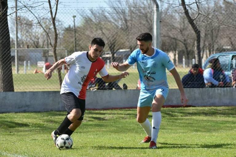 Maradona em ação pelo Club Atlético San Genaro, time da província de Santa Fe. Ele joga com a 10 e se diz driblador