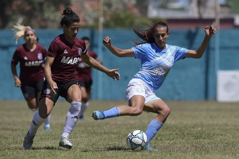 Mara Gómez tenta fugir da marcação durante partida do Villa San Carlos contra o Lanús