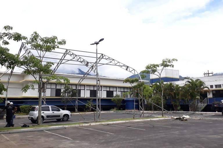 Imagem mostra estrutura metálica que está sendo feita para funcionar um hospital temporário durante a pandemia