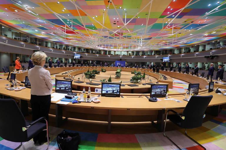 No início da reunião em Bruxelas, líderes europeus fazem um minuto de silêncio em homenagem ao ex-presidente francês Valery Giscard d'Estaing, morto na semana passada