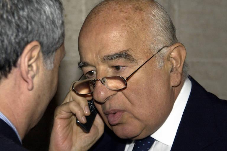 O banqueiro Joseph Safra fala ao telefone