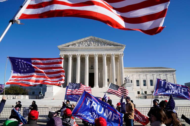 Apoiadores de Donald Trump fazem manifestação em frente à sede da Suprema Corte