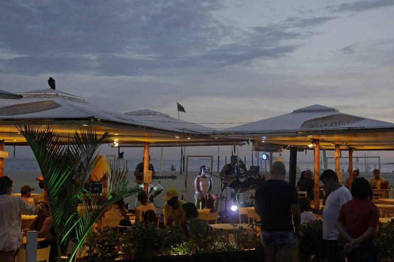Música ao vivo na praia de Copacabana, no Rio de Janeiro, em meio à pandemia