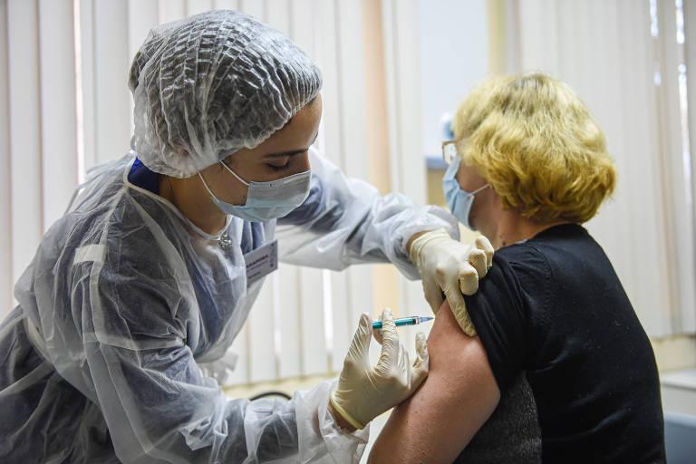Agente de saúde aplica dose da Sputnik V em mulher em Moscou, no último dia 8; programa de imunização russo começou no dia 5 de dezembro