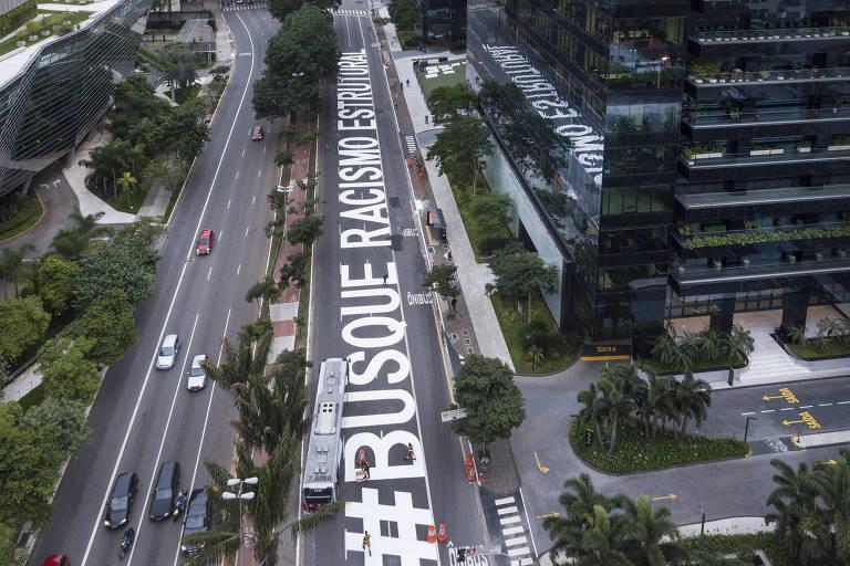 Protesto antirracista em frente ao escritório do Google, em São Paulo; coletivo de artistas pinta ruas da cidade desde o assassinato no Carrefour, em Porto Alegre (RS)