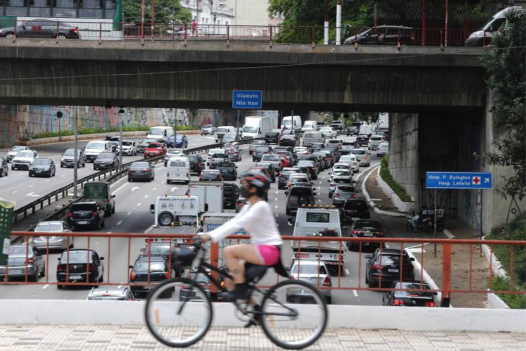 Trânsito na ligação Leste/Oeste, sentido centro de São Paulo