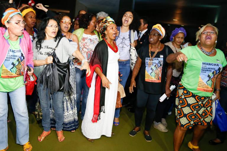 Mulheres ligadas ao movimento negro protestam contra o então presidente da Câmara, deputado Eduardo Cunha, no salão verde da Casa