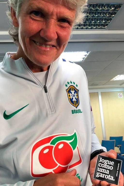 """Pia Sundhage, com o adesivo da campanha """"Jogue como uma garota"""", parceria da marca Puta Peita com o Museu do Futebol"""