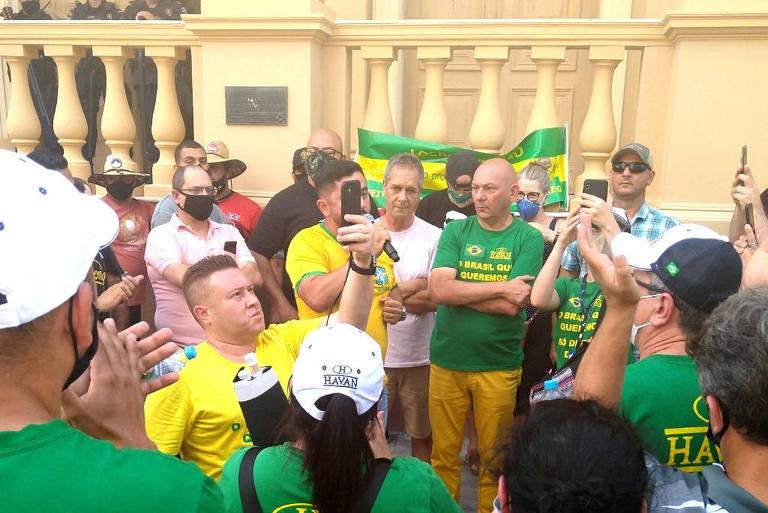 Luciano Hang, o dono da Havan, em protesto diante da prefeitura de Pelotas em razão de um decreto da prefeitura que colocou a cidade em lockdown por causa da Covid-19