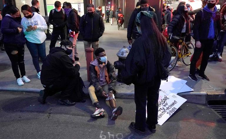 Carro atropela manifestantes em Nova York