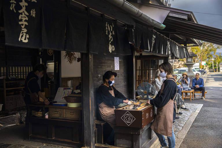 Ichiwa vende bolo de arroz a viajantes a milhares de anos em Kyoto