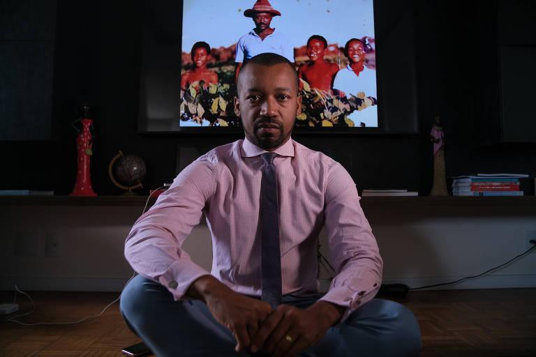 O juiz Fabio Esteves, que encabeça o movimento por igualdade racial na magistratura, posa para fotos em sua casa, em Brasília. Ao fundo, ele com os irmãos e o pai, que trabalhava na roça