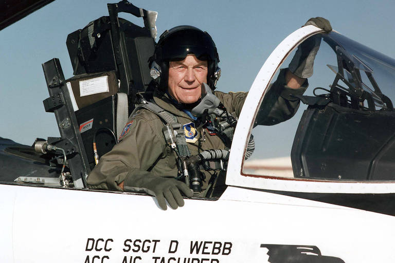 Chuck Yeager no cockpit de um F-15, em foto de arquivo de 1995