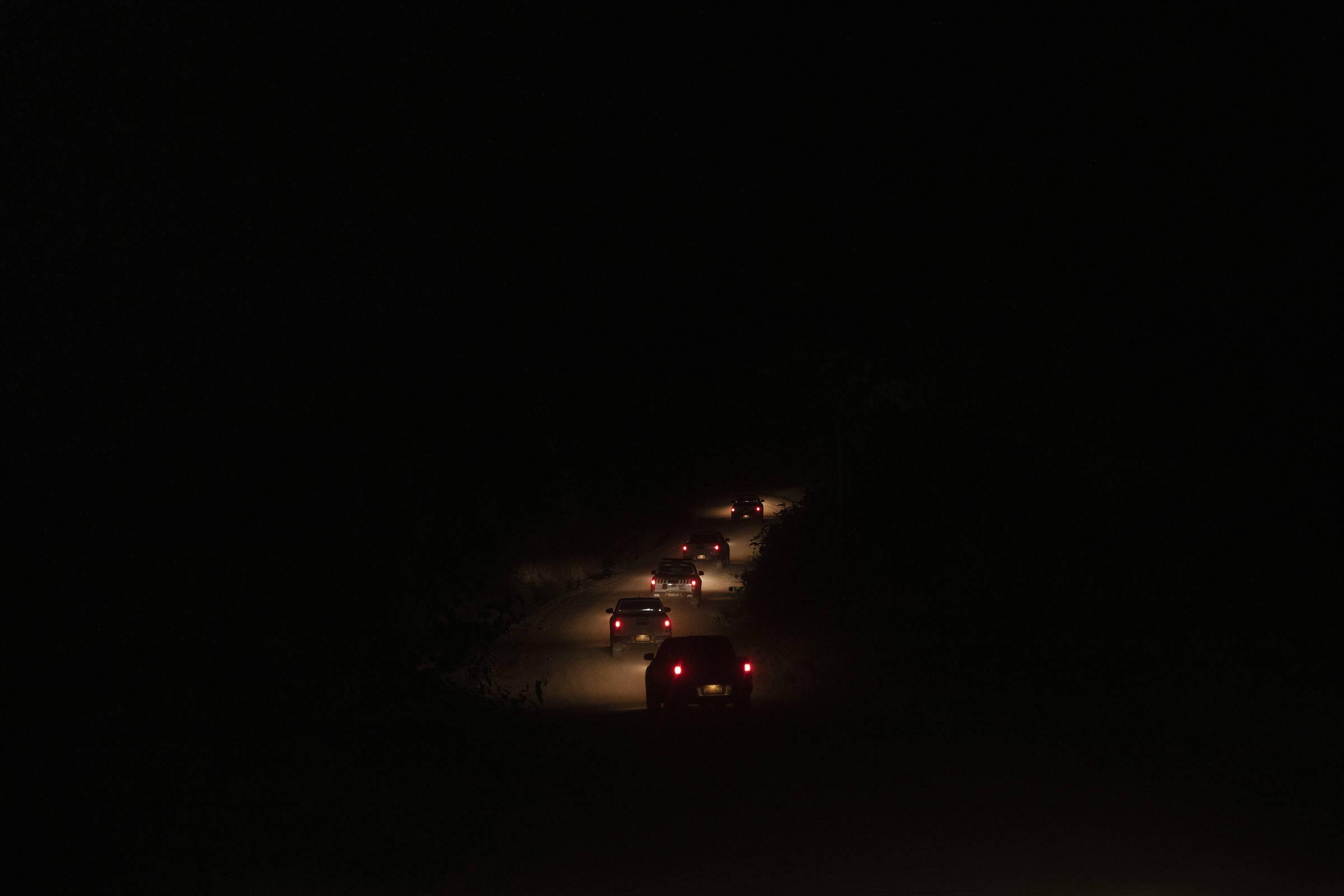 Comboio formado por viaturas de fiscais da Secretaria Estadual do Meio Ambiente do Pará e da Polícia Militar percorre uma estrada vicinal de Uruará, durante operação de combate ao desmatamento