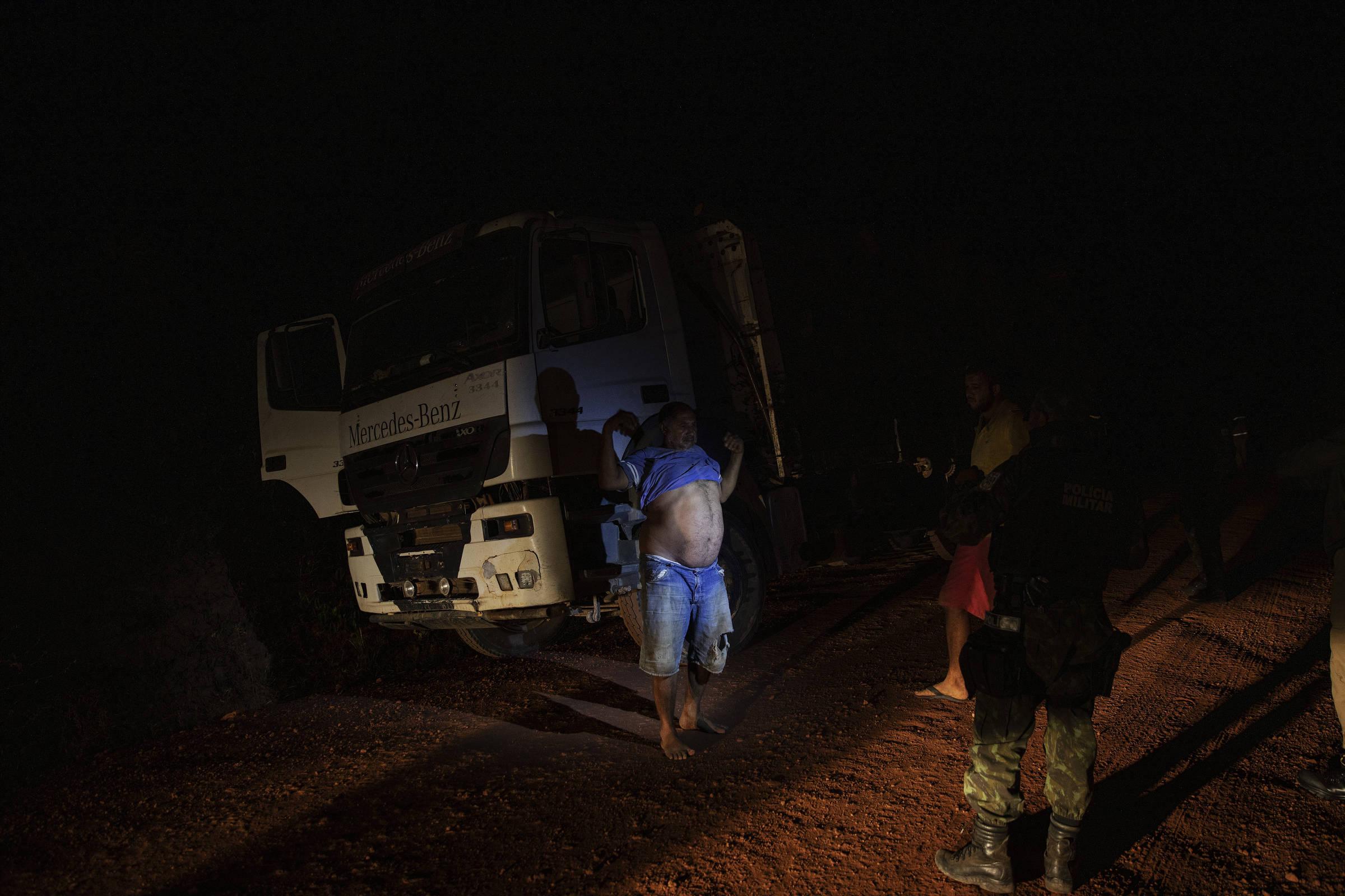 Fiscais da Secretaria Estadual do Meio Ambiente do Pará, com o apoio da PM, interceptam caminhão que transportava carga de madeira ilegal