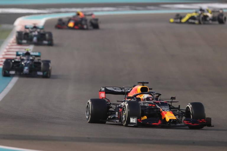 Carros de fórmula 1 em pista