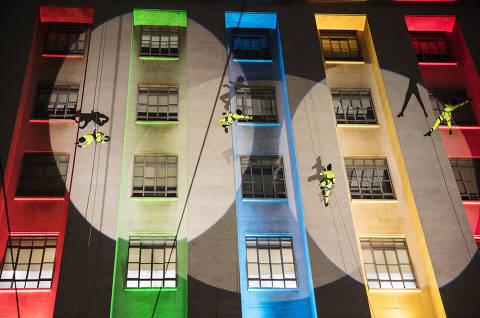 Sao Paulo, SP, BRASIL, 12-12-2020:  Virada Cultural: Apresentacao do grupo de Danca Vertical Cia Base no predio da Prefeitura de Sao Paulo no Viaduto do Cha (Foto: Eduardo Knapp/Folhapress, COTIDIANO).